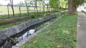自衛隊駐屯地脇の真駒内用水