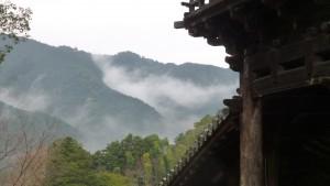 雨に煙る山々