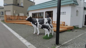 親子の牛が出迎えるジェラート店