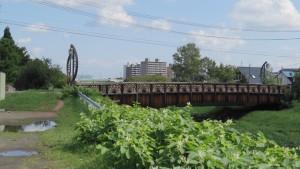 木製の欄干が特徴の前田大橋