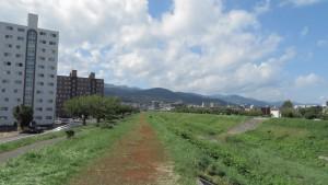 軽川から手稲連山を望む
