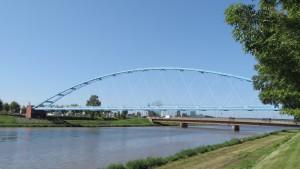 伏籠水管橋(手前)と茨戸橋