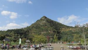 入口広場より五天山を望む