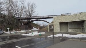 駐車場から人道橋を望む