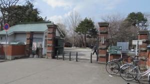 守衛所と北海道大学南門