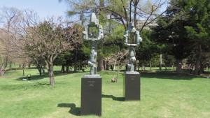 野外彫刻「サキモリ2000、2002/流政之」