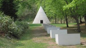 野外美術館 06 隠された庭への道/ダニ・カラヴァンから「七つの泉」と「円錐」