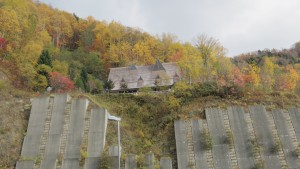 ダム右岸のレストハウスを望む