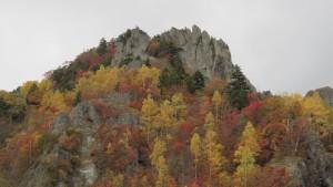 ダム付近の奇岩と紅葉