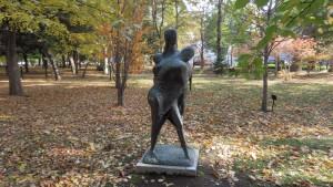 野外彫刻「子を守る母たち/山内壮夫」