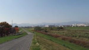 豊平川から札幌の山並みを望む