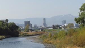 豊平川からJRタワーと手稲山を望む