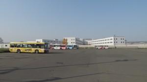 中央バス東営業所(奥は札幌刑務所)