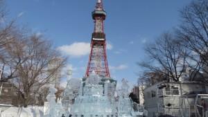 大氷像「Happy Birthday! Hokkaido.」とテレビ塔