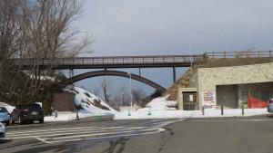 駐車場から歩道橋を望む