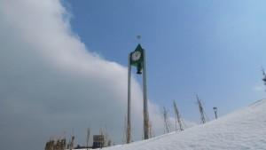 青空にそびえる時計塔