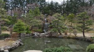 日本庭園の池と滝