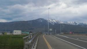 新川さくら並木橋から手稲山を望む
