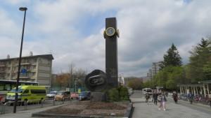 時計塔と野外彫刻「ひとやすみする輪廻」