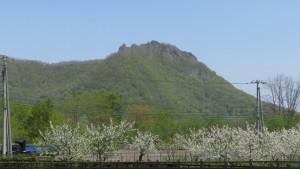 八剣山を望む