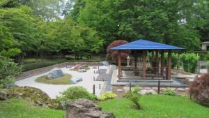 日本庭園内のあずまやと石庭