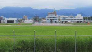 丘珠空港と遠方の山々を望む