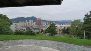平岸高台公園の展望台から藻岩山を望む