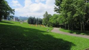 中ノ沢公園の散策路と遊具