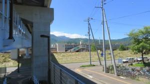 富丘通こ線橋からJR稲積公園駅を望む