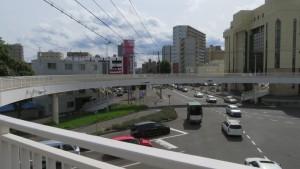 円形の菊水歩道橋から南郷通を望む