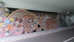 トンネル内のモザイクタイルアート