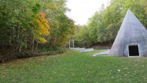 野外彫刻「隠された庭への道/ダニ・カラヴァン」