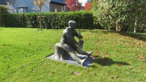 野外彫刻「切株に座って/黒川晃彦」