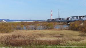石狩川とJR石狩川橋梁を望む