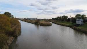 篠路新川(左)と伏古川の合流点