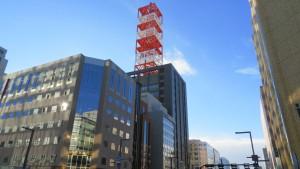 NTT大通4丁目ビルの紅白の鉄塔