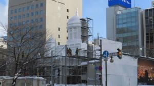 雪まつりで製作中の大雪像を望む