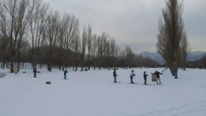 雪に覆われたカナールとスキーコース