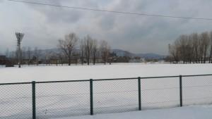 雪の野球場から手稲山を望む