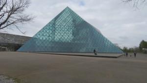 「ガラスのピラミッド」