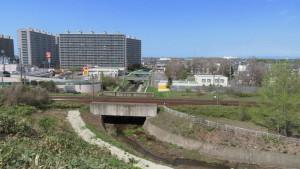 濁川とJR線路を望む