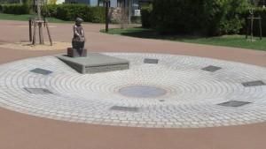 噴水と野外彫刻「かえり道/山本正道」
