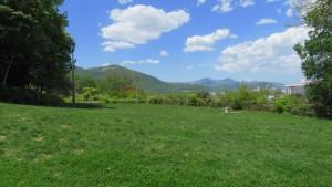 芝生広場から藻岩山、手稲山を望む