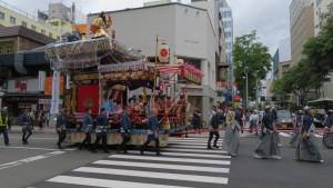 市道南3条線を進む豊水祭典区の山車