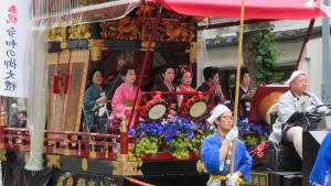 東祭典区の山車舞台でのお囃子演奏