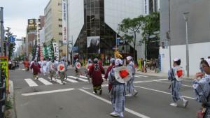市道南3条線を進む本府祭典区の行列