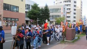八軒会館前の神輿渡御の行列