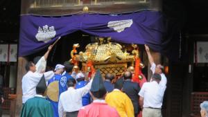 本殿に入る神輿
