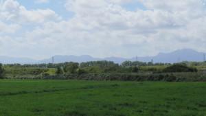 札幌の南西に広がる山々を望む