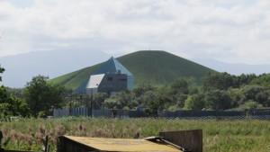 モエレ沼公園の「ガラスのピラミッド」とモエレ山を望む